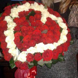 букет в форме сердца из 101 розы в Одессе фото