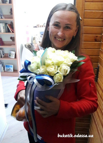 белые розы в коробке в Одессе фото