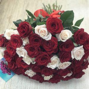 51 красная и белая роза в Одессе фото