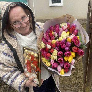Большой букет тюльпанов микс и конфеті