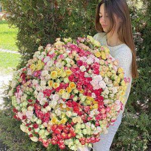 очень большой букет кустовой розы